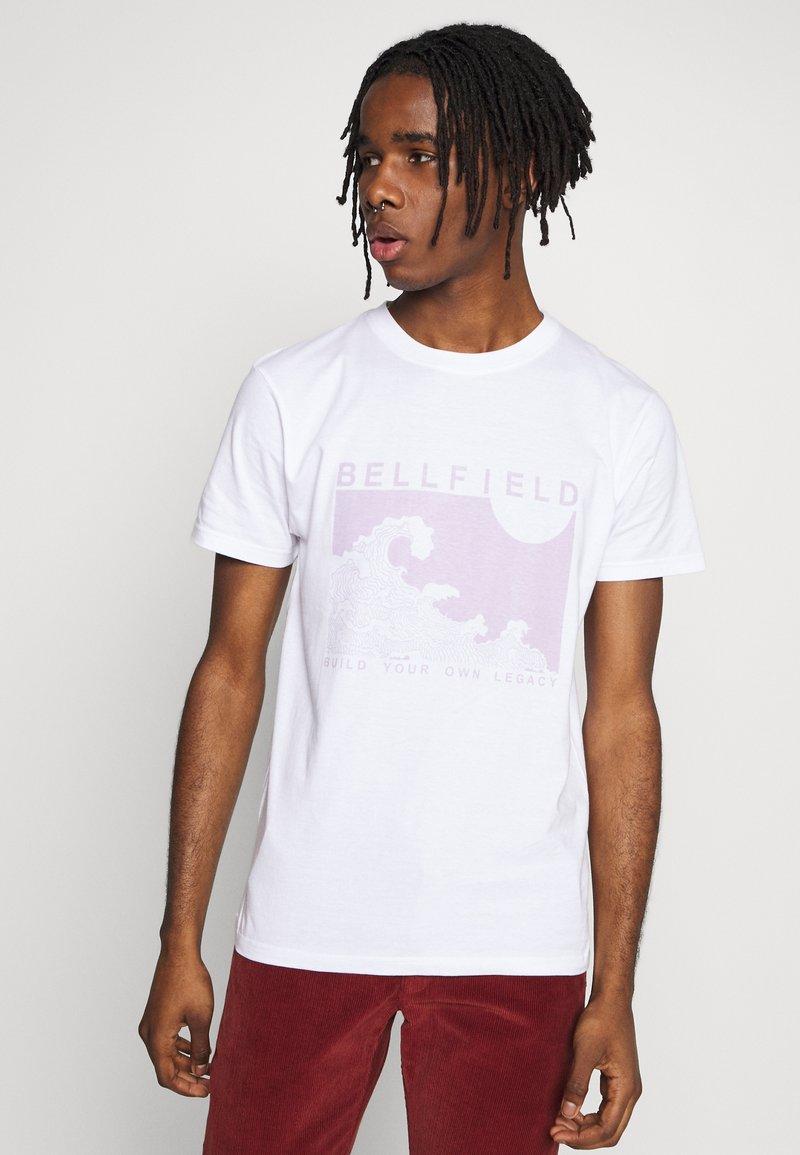 Bellfield - PLACEMENT TEE - Triko spotiskem - white