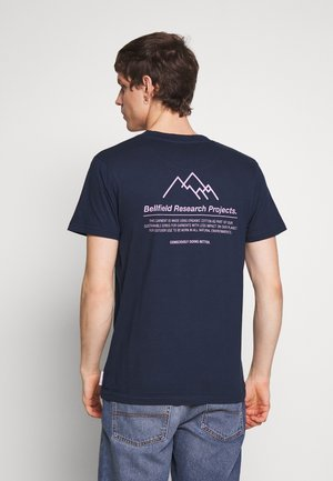 PLACEMENT PRINT TEE - T-shirts print - navy
