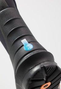 Bogs - CLASSIC - Zimní obuv - black - 2