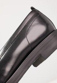 Base London - FULTON - Elegantní nazouvací boty - hi shine black - 5