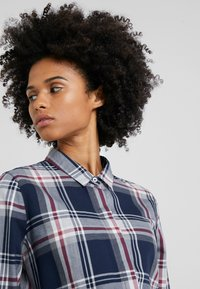 Barbour - Blouse - navy/rouge - 4