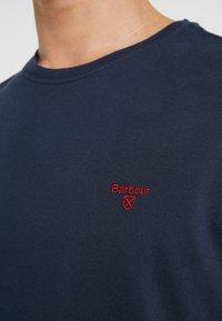 Barbour - LOGO  - Jednoduché triko - navy - 5
