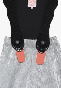WAUW CAPOW by Bangbang Copenhagen - BIRD SUIT 2-IN-1 - Pantalones - silver/black - 3