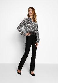 Barbara Lebek - BLUSE GEMUSTERT - Button-down blouse - black/offwhite - 1