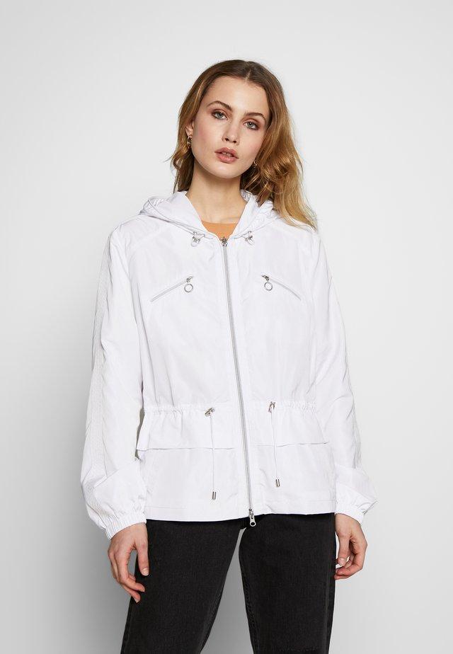 INBETWEEN - Lehká bunda - white