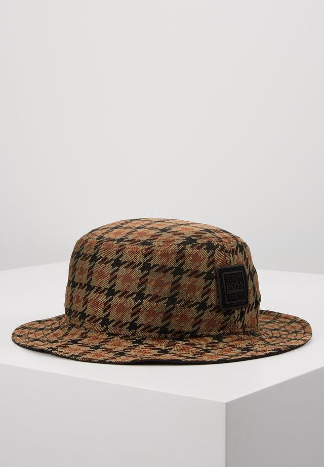 FAX - Hatt - rust/cooper