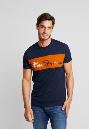 SPORTS CUT AND SEW BRANDED TEE - T-shirt con stampa - dark navy