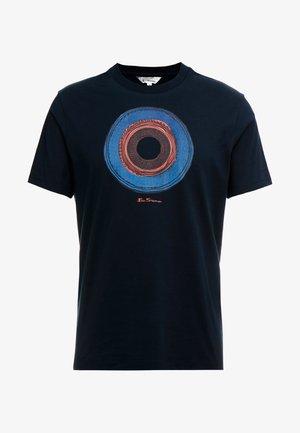 TARGET SKETCH TEE - T-shirt med print - midnight