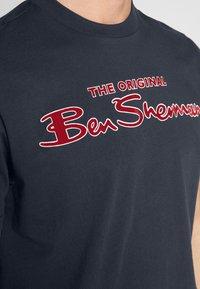 Ben Sherman - SIGNATURE LOGO TEE - Print T-shirt - dark navy - 5