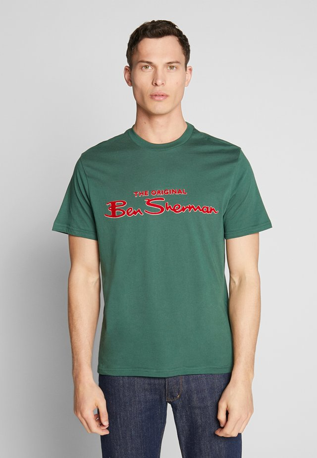 SIGNATURE LOGO TEE - Print T-shirt - trekking green