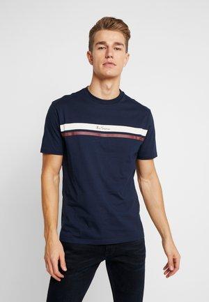 MOD STRIPE LOGO TEE - T-shirt z nadrukiem - dark navy