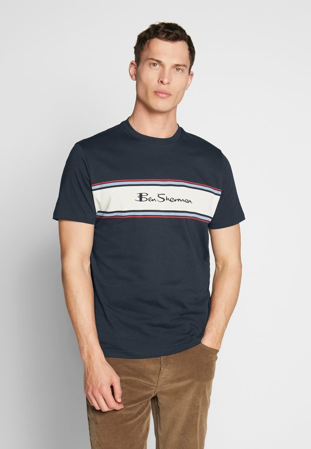 CHEST STRIPE LOGO PRINT TEE - T-shirt con stampa - dark navy