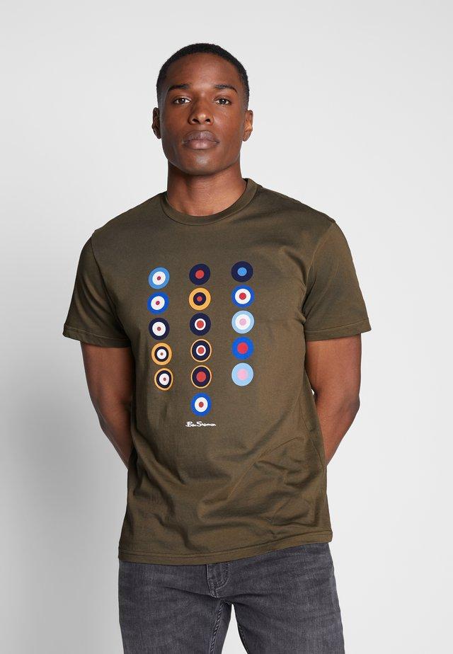HISTORY OF TARGET - Print T-shirt - khaki