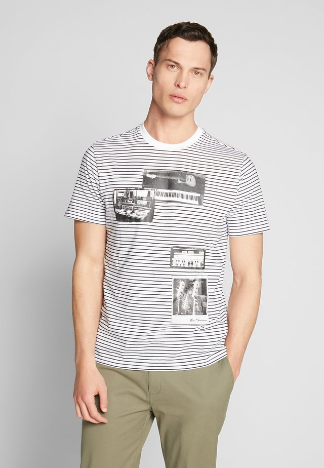 STUDIO MUSIC ON STRIPE TEE - T-Shirt print - white