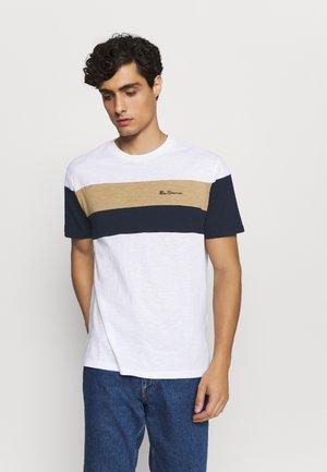 HERITAGE SPORTS BLOCK TEE - T-shirt z nadrukiem - white