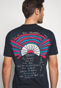 Ben Sherman - SUNRISE TEE - Print T-shirt - dark navy - 5