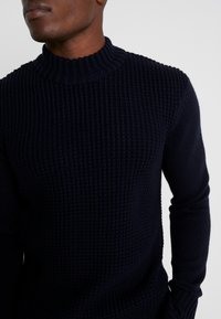 Ben Sherman - HEAVY STRUCTURE FUNNEL CREW - Stickad tröja - dark navy - 4