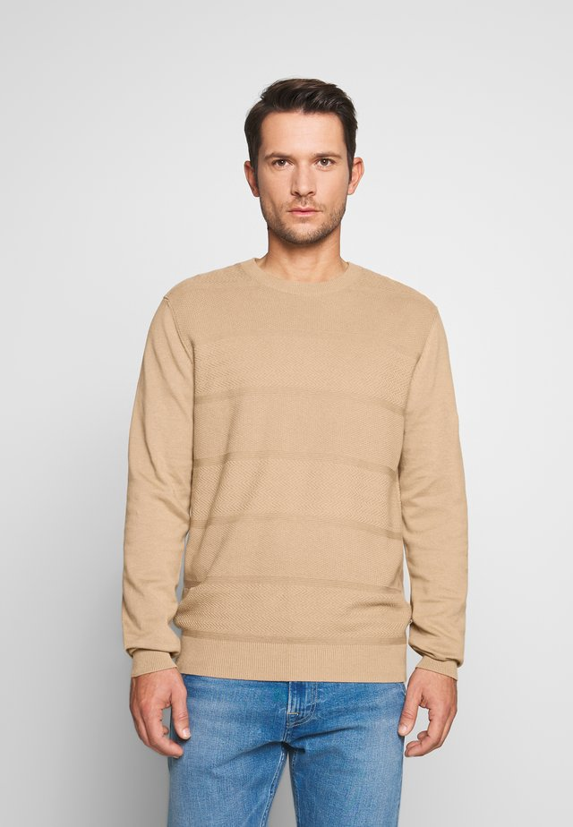 ENGINEERED TEXTURED STRIPE CREW - Strickpullover - sand