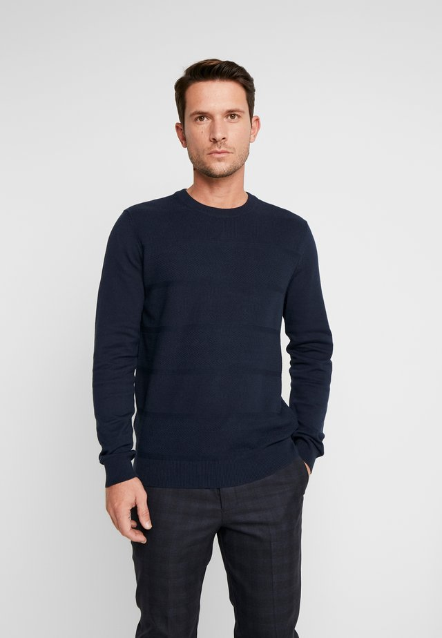 ENGINEERED TEXTURED STRIPE CREW - Stickad tröja - dark navy