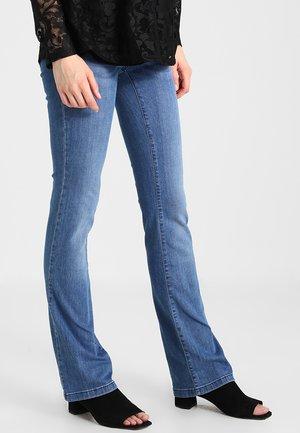 BOOTCUT MIT ELASTISCHEN TASCHENEINSÄTZEN - Bootcut jeans - blue denim/blue