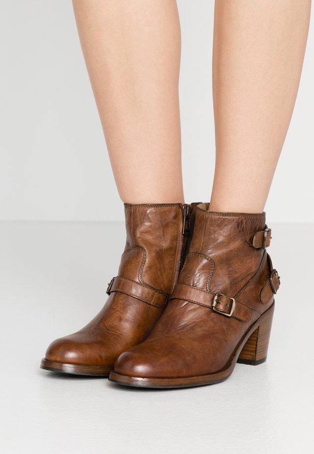 TRIALMASTER SHORT - Boots à talons - cognac