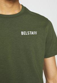 Belstaff - BELSTAFF CHECKERED BORDER GRAPHIC - Print T-shirt - rifle green - 6
