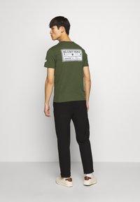 Belstaff - BELSTAFF CHECKERED BORDER GRAPHIC - Print T-shirt - rifle green - 2