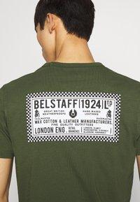 Belstaff - BELSTAFF CHECKERED BORDER GRAPHIC - Print T-shirt - rifle green - 4