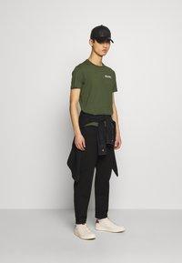 Belstaff - BELSTAFF CHECKERED BORDER GRAPHIC - Print T-shirt - rifle green - 1