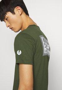 Belstaff - BELSTAFF CHECKERED BORDER GRAPHIC - Print T-shirt - rifle green - 3