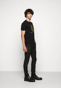 Belstaff - COTELAND  - Print T-shirt - black - 1