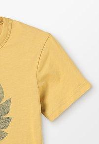 Belstaff - COTELAND 2.0 - T-shirt imprimé - cadmium yellow - 2