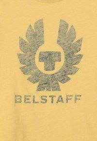 Belstaff - COTELAND 2.0 - T-shirt imprimé - cadmium yellow - 4