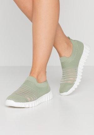 WYLIE - Nazouvací boty - moss