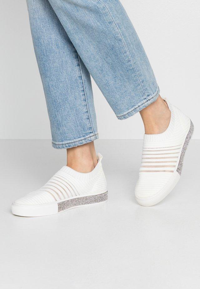IRIS - Slippers - white