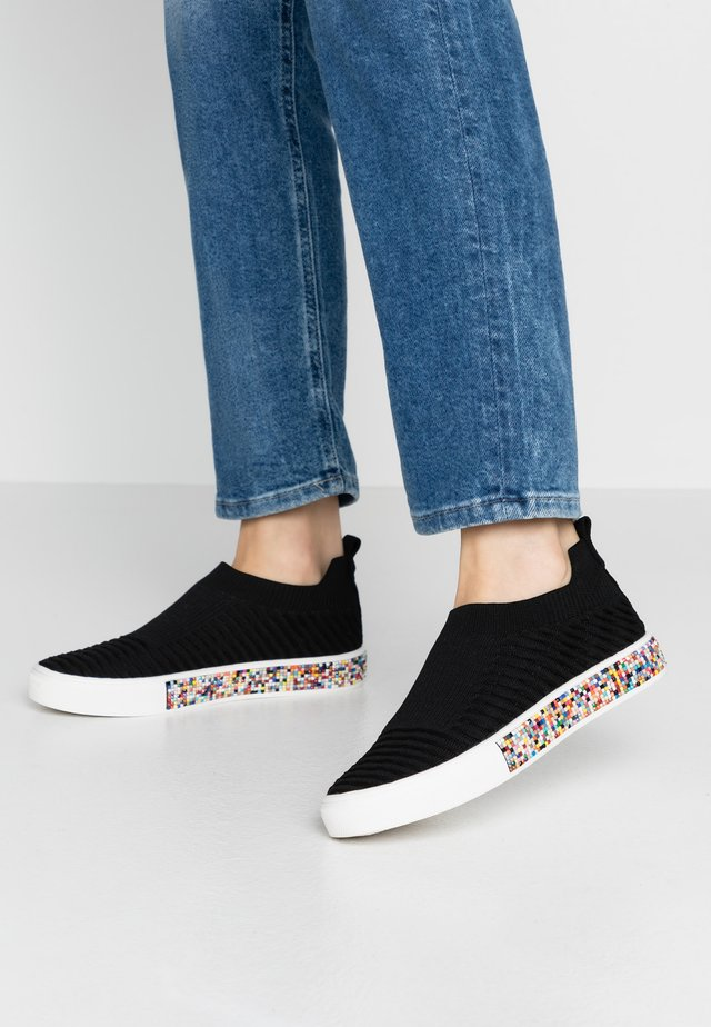 AZAMI - Nazouvací boty - black/multicolor