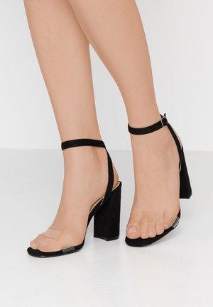STACIE - Korolliset sandaalit - clear/black