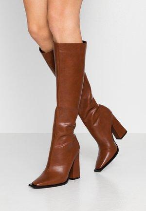 PIXXEL - Boots med høye hæler - brown