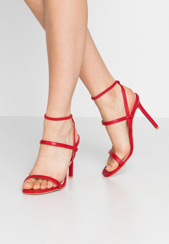 Sandały na obcasie - red