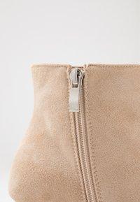 BEBO - IRENEE - Kotníková obuv na vysokém podpatku - nude - 2