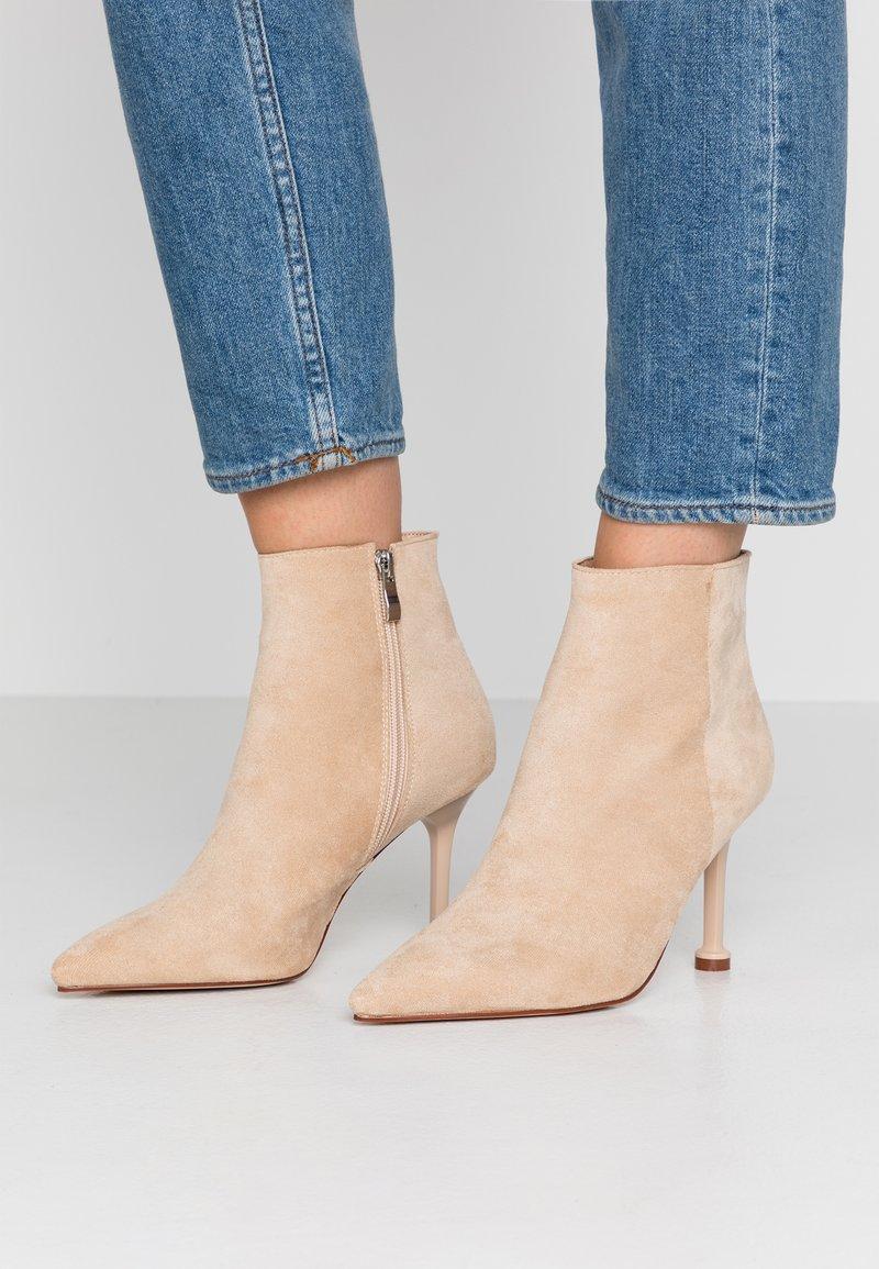 BEBO - IRENEE - Kotníková obuv na vysokém podpatku - nude