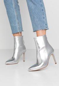 BEBO - MALIKA - Kotníková obuv na vysokém podpatku - silver - 0