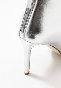 BEBO - MALIKA - Kotníková obuv na vysokém podpatku - silver - 2