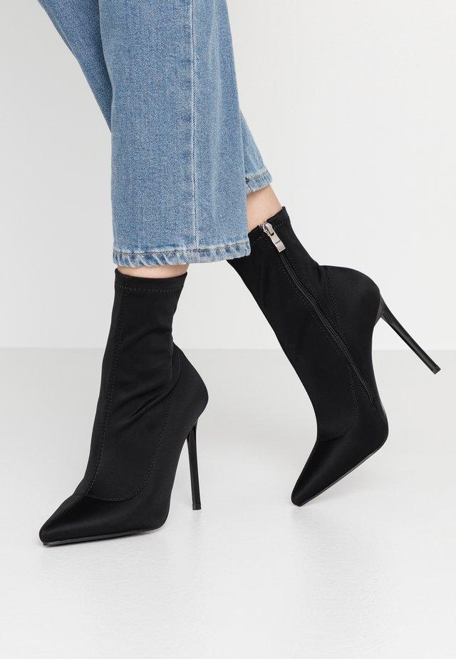 JOHANNA - Ankelboots med høye hæler - black