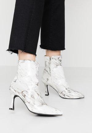 JOLINA - Støvletter - white