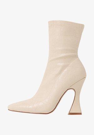 NOAH - High Heel Stiefelette - nude