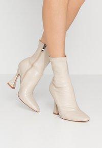 BEBO - NOAH - Kotníková obuv na vysokém podpatku - nude - 0