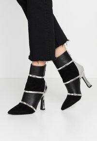 BEBO - LAVETA - Kotníková obuv na vysokém podpatku - highshine silver metallic - 0