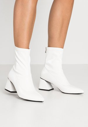 GUTSY - Classic ankle boots - white