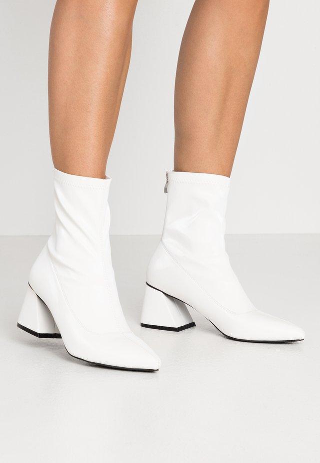 GUTSY - Kotníkové boty - white